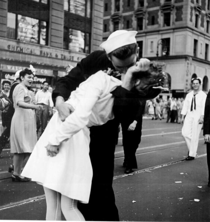 1945년 8월 14일, 뉴욕 타임스퀘어 가에서 열린 대일본 전승기념일 행사 - V-J Day in Times Square, a photograph by Alfred Eisenstaedt, was published in Life in 1945 제공
